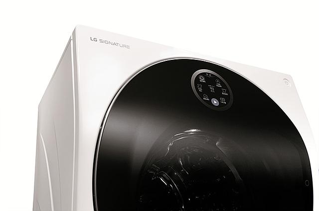 LG 시그니처 세탁기 상단의 모습입니다.