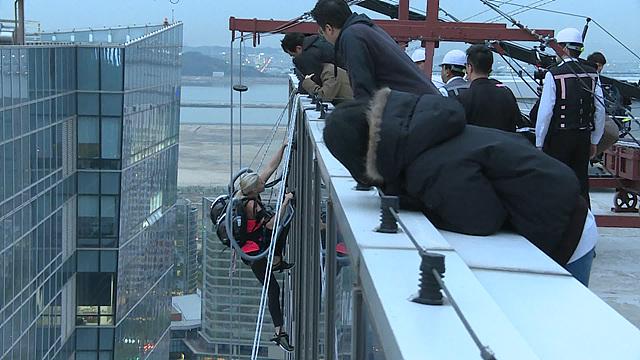 시에라 블레어 코일이 33층 옥상까지 등반하려고 하는 모습