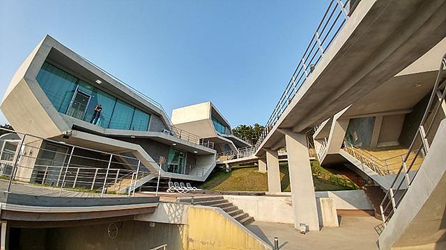 G5 광각 카메라로 담은 건축물의 모습입니다.