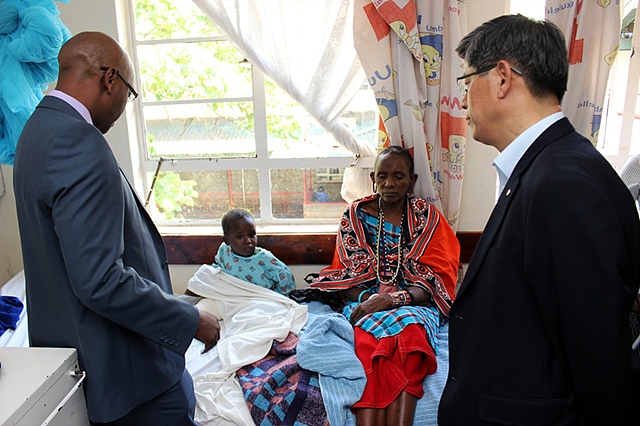 LG 이충학 부사장님_기타4_케냐의수족 현장방문하여 주민들과 인사하고 있는 모습