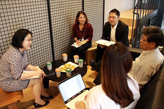 LG CSR 팀이 이충학 부사장님과 인터뷰하고 있는 모습