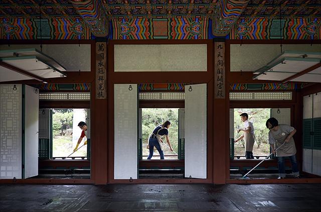 문화유산 보호 일환으로 LG전자 직원들이 창덕궁에서 궁궐 마루를 닦고 있는 모습