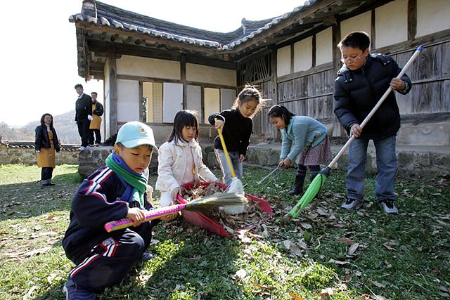초등학생 아이들이 문화유산을 보호하기 위해 자원봉사 활동하는 모습