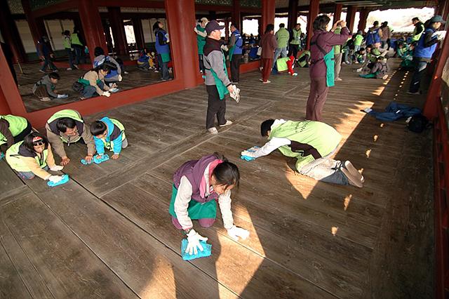 아이들이 마루를 닦고 있는 모습