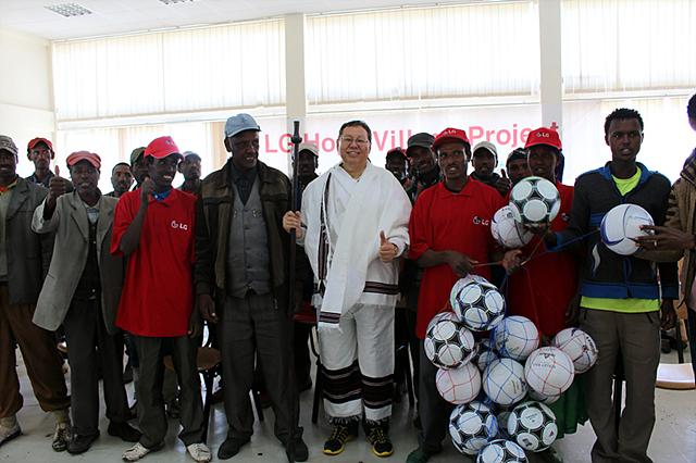 LG 희망마을 주민들에게 전통복장을 선물받은 조성진 대표이사