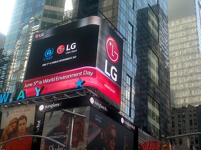 LG전자가 보유한 뉴욕 타임스퀘어 전광판을 활용해 세계 문화유산 보호를 홍보하고 있는 모습