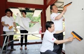 세계 환경의 날 기념 lg 임직원들이 봉사하고 있는 모습