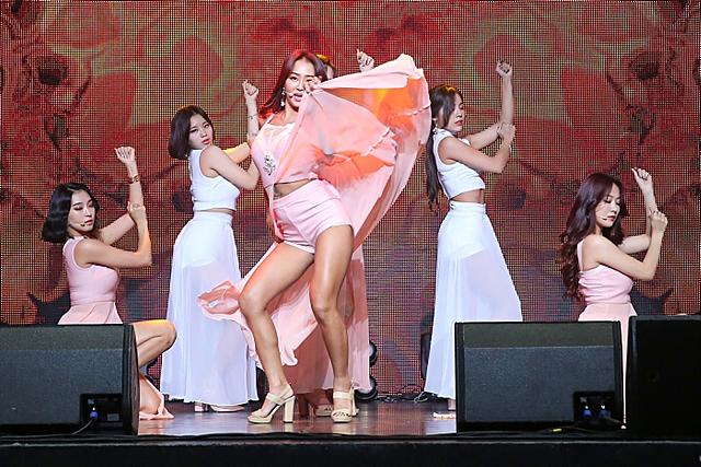 씨스타 효린이 무대위에서 춤을 추고 있는 모습