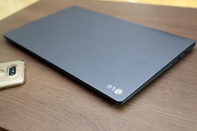 LG PC 그램15, 페이스북 라이브에 출현한 황재근 디자이너의 모습