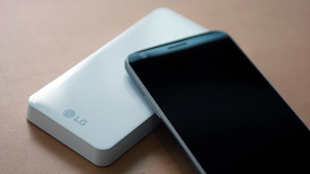 LG G5 하이브리드 배터리 충전기의 모습입니다.