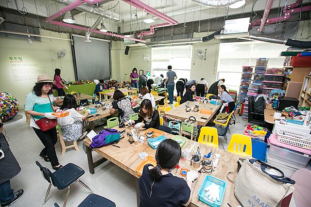 버려진 수많은 장난감과 폐목재를 활용해 창의예술 교육과 환경교육을 실천하는 금자동이 내부 모습이다.