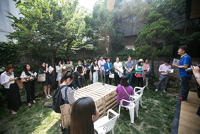 빈 집에서 함께 사는 집으로 마을 만들기와 도시 재생에 앞장서는 두꺼비 하우징의 활동 현장 모습이다.
