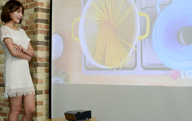 28일, 모델이 LG트윈타워에서 초단초점 미니빔 TV를 소개하고 있다.