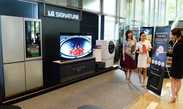 LG전자가 超프리미엄 'LG 시그니처' 구입 고객 200명을 초청해 뮤지컬 공연을 제공하는 VIP 마케팅을 진행한다. 서울 강남구 논현로에 위치한 LG 아트센터에서 관람객들이 'LG 시그니처' 제품들을 둘러보고 있다.
