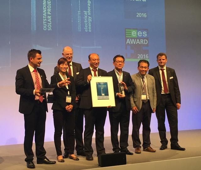LG전자가 22일부터 24일까지 독일에서 열리는 세계 최대 태양광전시회 '인터솔라 2016'에서 태양광 모듈 신제품 '네온2 바이페이셜'로 '인터솔라 어워드' 태양광 부문 본상을 수상했다. 유재성 Solar상품기획팀장(첫째줄 좌측 세번째), 정창석 에너지영업FD담당(첫째줄 좌측 네번째)을 비롯한 LG전자 관계자들이 트로피를 들고 기념 촬영을 하는 모습