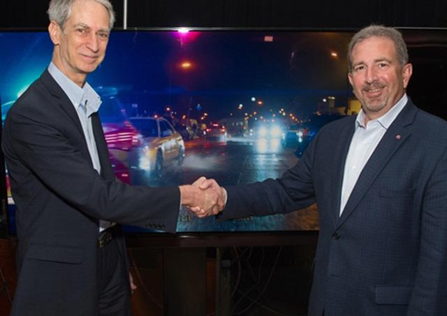 LG 시그니처 올레드 TV(모델명: OLED65G6P)가 미국 뉴욕에서 열린 '소비자 가전 전시회 주간(CE Week)'에서 80여 명의 화질 전문가들이 꼽은 '최고 울트라HD TV(King of UHD TV)'에 선정됐다. 이 행사의 공식 파트너社인 미국 유통업체 '밸류 일렉트로닉스(Value Electronics)'의 CEO 로버트 존(Robert John, 사진 왼쪽)과 LG전자 미국법인 HE제품마케팅팀장 티모시 알레시(Timothy Alessi)가 LG 시그니처 올레드 TV앞에서 포즈를 취하고 있다.