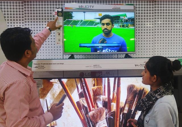 LG전자 직원이 인도 델리 시내에 위치한 전자제품 매장에서 고객들에게 '모기 쫓는 TV(Mosquito Away TV)'를 설명하고 있다. 이 제품은 모기가 싫어하는 초음파를 이용해 모기를 쫓아낸다. LG전자는 현지 맞춤형 기능들을 적용한 다양한 특화 제품들로 인도 시장을 공략하고 있다.