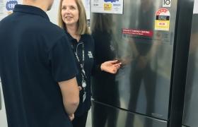 호주 시드니의 가전 매장에서 고객이 LG 상냉장∙하냉동2도어 냉장고를 둘러보고 있다. 호주 소비자 정보지인 '초이스'의 냉장고 성능 평가에서 1위를 기록한 LG 상냉장∙하냉동 2도어 냉장고 제품 이미지