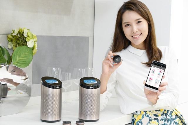 서울 서초구 양재대로에 위치한 LG전자 서초R&D캠퍼스에서 한 모델이 일반가전을 스마트가전으로 바꿔주는 스마트씽큐 센서와, 스마트홈 서비스를 편리하게 사용하게 해주는 스마트씽큐 허브를 소개하고 있다.