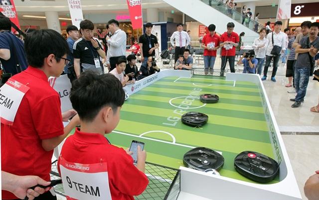 19일 서울 영등포구 타임스퀘어 아트리움에서 열린 '제 4회 LG 로보킹 축구대회'에서 참가자가 스마트폰으로 로보킹을 움직이고 있다.