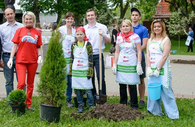 세계 환경의날(6/5)을 맞아 LG전자 러시아 법인 소속 임직원들이 지난 27일 러시아 칼루가 지역의 우주비행역사박물관을 방문해 청소, 나무심기 등 환경 보호 활동을 실시하고 있다.