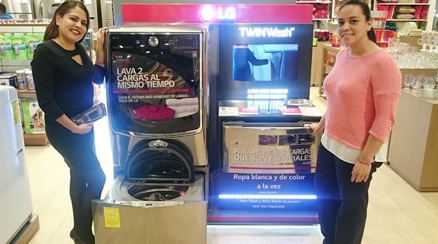 멕시코의 한 가전 매장에서 LG전자 직원이 'LG 트윈워시'를 소개하고 있다