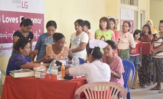 LG전자가 의료시설이 낙후된 동남아시아 건강증진에 앞장선다. LG전자는 현지 의료봉사 단체와 함께 동남아시아 국가 지방도시를 순회하며 무료검진을 실시한다. 지난 5월 말 미얀마 모울메인에서 지역주민들이 무료검진을 받고 있다.