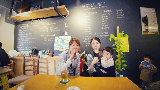 카페에 있는 여자 두 명과 아이의 모습을 G5로 촬영한 사진입니다.