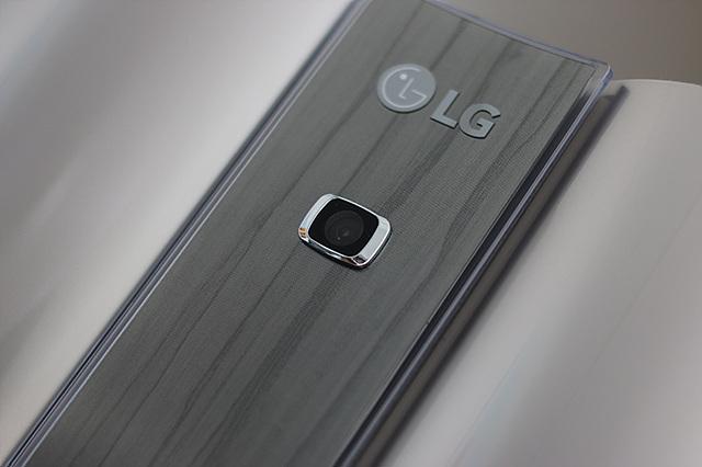 LG 휘센 듀얼 에어컨의 중앙에 장착되어 있는 인체감지 카메라의 모습이다.