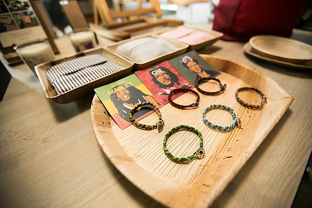 폐목재를 활용하여 제작된 다양한 제품들이 탁자에 놓여있다.