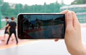 G5를 이용해 농구하는 모습을 촬영하는 이미지