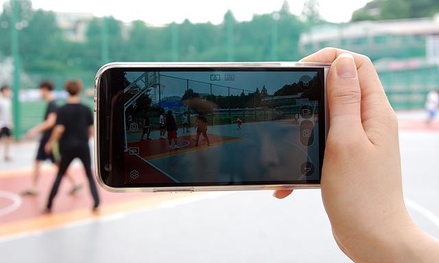 LG G5로 캠퍼스 농구장에서 농구를 즐기고 있는 친구들의 모습을 담고 있습니다.