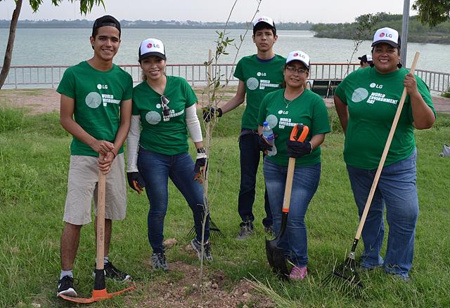 LG전자 임직원들의 봉사활동사진 - 멕시코 '라 인스탄줄라(La Estanzuela)' 국립공원