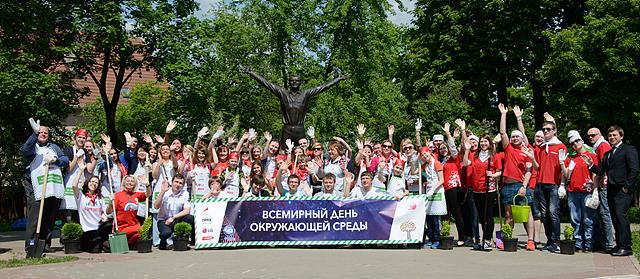 LGE_환경의날_러시아 봉사현장에서 단체사진 촬영한 모습
