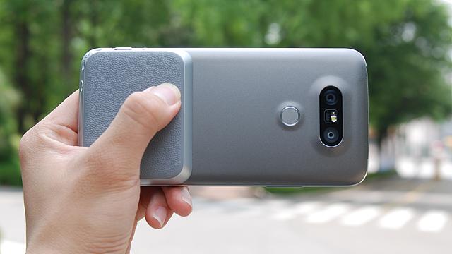 G5를 손에 쥐고 있는 모습입니다.