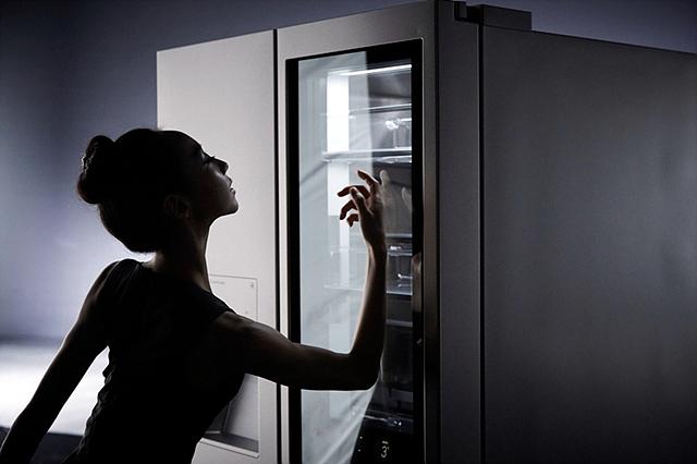 김슬기씨가 LG 시그니처 냉장고에 노크온 하는 모습