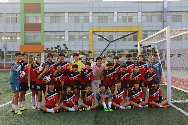 논산 강경여자중학교 축구부와 백종원씨의 기념 단체사진 (야외컷)