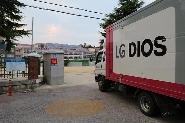 진주여자중학교에 들어가는 LG DIOS 배송 차량