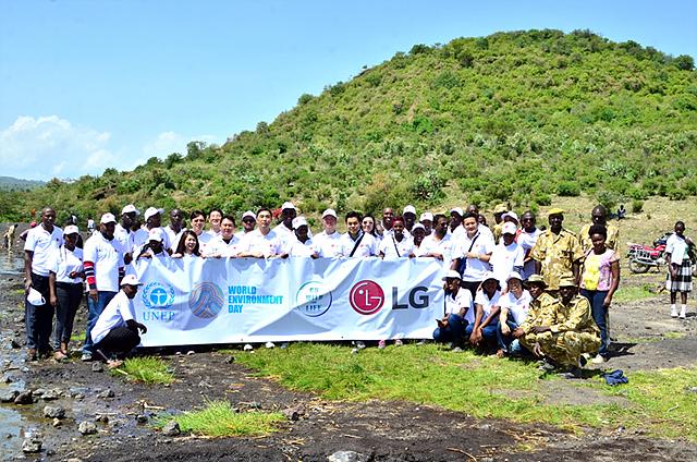 케냐의 세계문화유산 보존을 위해 LG전자 임직원과 현지 사람들이 함께하고 있는 모습입니다.