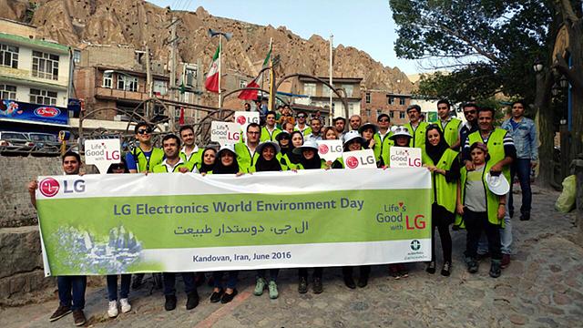 이란의 세계문화유산 보존을 위해 LG전자 임직원과 현지 사람들이 함께하고 있는 모습입니다.