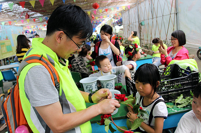 중국의 LG전자 임직원과 현지 사람들이 뿔뿌리 환경 나눔 활동을 함께하고 있는 모습입니다.