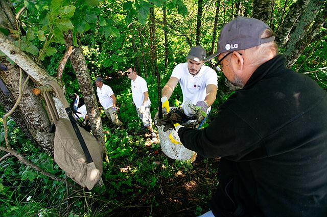 크로아티아의 LG전자 임직원과 현지 사람들이 뿔뿌리 환경 나눔 활동을 함께하고 있는 모습입니다.