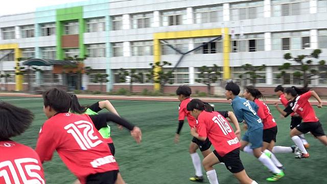 논산 강경여자중학교 축구부 학생들이 달리기 하는 모습