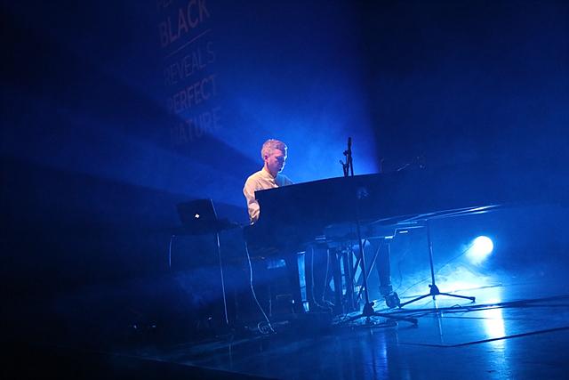 아이슬란드의 쇼팽이라고 평가 받는 '올라퍼 아르날즈(Olafur Arnald)'가 연주하는 모습입니다.