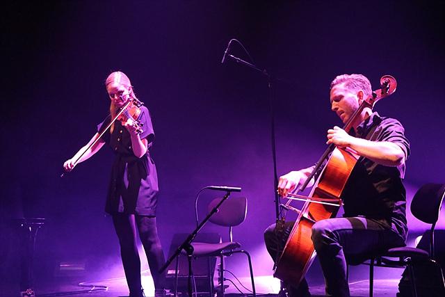 바이올린 연주자와 첼로 연주자가 협연하는 모습입니다.
