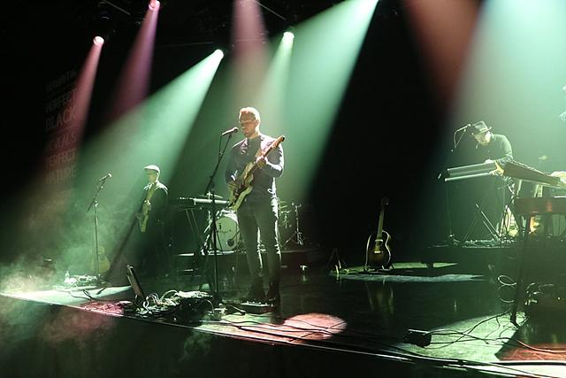 아이슬란드의 자연 및 신화에 영감을 받아 작사 및 작곡을 하는 밴드 아우스게일(Asgeir)의 무대의 모습입니다.