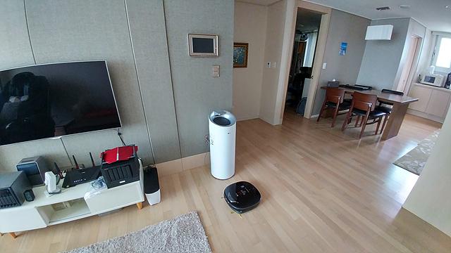 LG 로봇청소기 로보킹이 있는 거실의 모습이다.