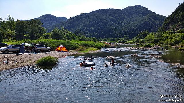 구천담교에서 물놀이를 즐기는 사람들의 모습