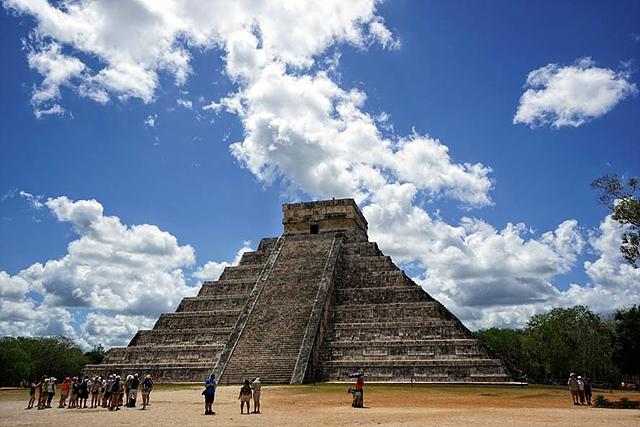 톨텍 문명과 마야 문명이 공존하는 유적지, 치첸이트사의 모습입니다.