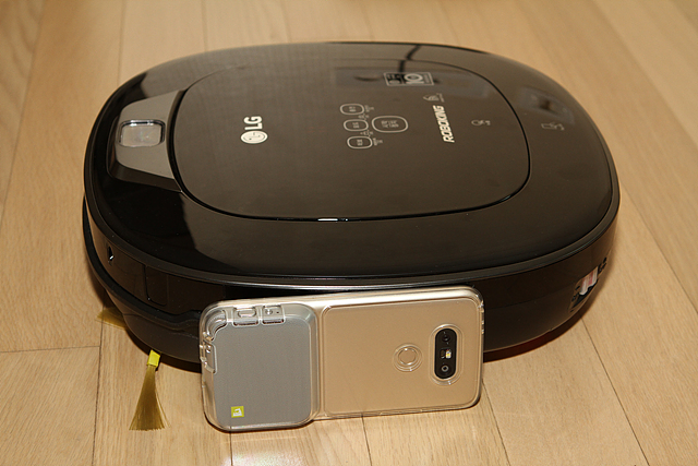 LG 로봇청소기 로보킹의 높이를 G5의 높이와 비교하여 보여주는 사진이다.